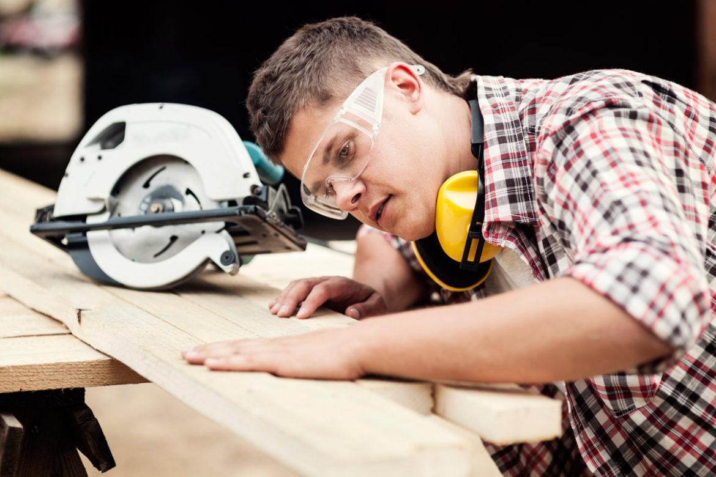 tømrer skærer træ
